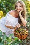 Portret młodzi piękni kobiety mienia winogrona Obrazy Stock