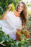 Portret młodzi piękni kobiety mienia winogrona Zdjęcia Stock