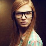 Portret młodzi piękni miedzianowłosi jest ubranym modni szkła obraz stock