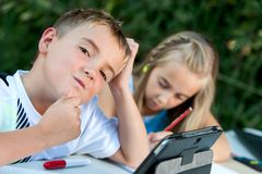Chłopiec struggeling z pracą domową. zdjęcia royalty free