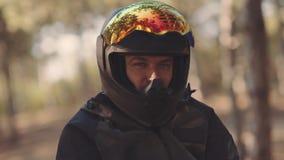 Portret m??czyzny motocyklista w czarnym he?mie przy zmierzchem Rowerzysta w lesie, koloru naliczek zdjęcie wideo