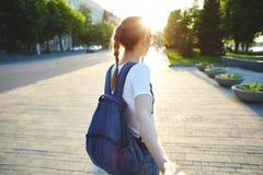 Portret młoda atrakcyjna kobieta z miasto plecakiem Zdjęcia Royalty Free