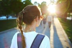 Portret młoda atrakcyjna kobieta z miasto plecakiem Obrazy Stock