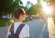 Portret młoda atrakcyjna kobieta z miasto plecakiem Fotografia Stock