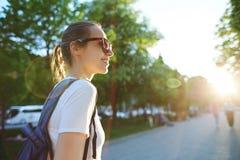 Portret młoda atrakcyjna kobieta z miasto plecakiem Obraz Stock