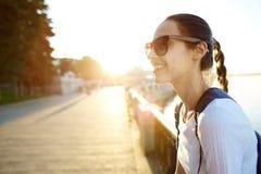 Portret młoda atrakcyjna kobieta z miasto plecakiem Zdjęcie Stock