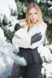 Portret młoda blondynka pozuje w zimie obrazy royalty free