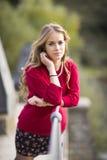 Portret młoda blondynki kobieta na tamie w naturalnej przestrzeni. Fotografia Stock