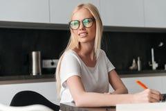 Portret młoda blondynki kobieta pracuje w domu Fotografia Royalty Free
