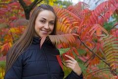 Portret młoda brunetka przy krzakiem Zdjęcia Royalty Free