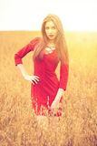 Portret młoda brunetki kobieta w czerwieni sukni Zdjęcie Stock