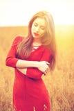 Portret młoda brunetki kobieta w czerwieni sukni Obrazy Stock