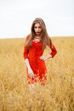 Portret młoda brunetki kobieta w czerwieni sukni Obraz Royalty Free