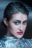 Portret młoda cyber kobieta w srebnym futurystycznym kostiumu z jaskrawym makeup Fotografia Royalty Free