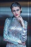 Portret młoda cyber kobieta w srebnym futurystycznym kostiumu z jaskrawym makeup Zdjęcie Stock