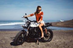 Portret młoda dziewczyna na motocyklu Zdjęcia Royalty Free