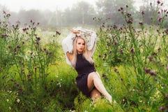 Portret młoda dziewczyna taniec w chamomile polu Obraz Stock