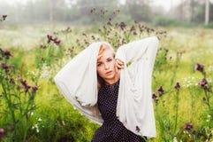 Portret młoda dziewczyna taniec w chamomile polu Zdjęcia Stock