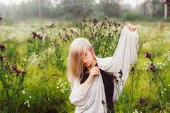Portret młoda dziewczyna taniec w chamomile polu Obraz Royalty Free