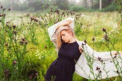 Portret młoda dziewczyna taniec w chamomile polu Obrazy Royalty Free