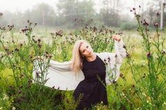 Portret młoda dziewczyna taniec w chamomile polu Zdjęcie Stock