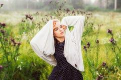 Portret młoda dziewczyna taniec w chamomile polu Fotografia Stock