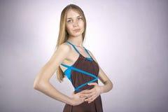 Portret młoda dziewczyna w galanteryjnej sukni Obraz Royalty Free