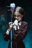 Portret młoda dziewczyna w mundurku szkolnym jako wampir kobieta Zdjęcie Stock