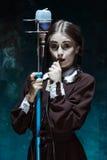 Portret młoda dziewczyna w mundurku szkolnym jako wampir kobieta Obrazy Stock