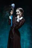 Portret młoda dziewczyna w mundurku szkolnym jako wampir kobieta Fotografia Royalty Free