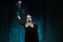 Portret młoda dziewczyna w mundurku szkolnym jako wampir kobieta Zdjęcia Stock