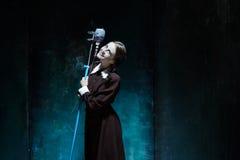 Portret młoda dziewczyna w mundurku szkolnym jako wampir kobieta Obrazy Royalty Free