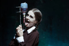 Portret młoda dziewczyna w mundurku szkolnym jako wampir kobieta Obraz Stock
