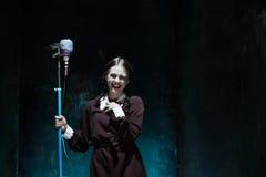 Portret młoda dziewczyna w mundurku szkolnym jako wampir kobieta Zdjęcia Royalty Free