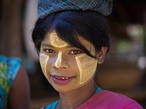 Portret młoda dziewczyna z thanaka na twarzy Mrauk U, Myanmar Zdjęcia Stock