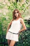 Portret młoda kobieta w biel sukni w Gard Zdjęcie Royalty Free