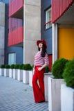 Portret młoda kobieta w czerwieni pozuje na ulicie Zdjęcia Stock