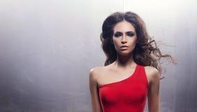 Portret młoda kobieta w makeup w czerwonej sukni Zdjęcie Stock