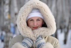 Portret młoda kobieta w zimie Zdjęcia Royalty Free