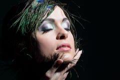 Portret młoda kobieta z pawimi piórkami Obraz Royalty Free