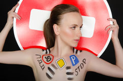 Portret młoda kobieta z ruchów drogowych znakami Obrazy Stock