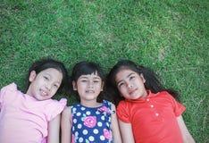 Portret młode azjatykcie dziewczyny ma dobrego czas w parku Obraz Royalty Free