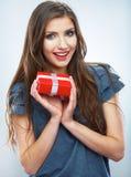 Portret m?odego szcz??liwego u?miechni?tego kobieta chwyta prezenta czerwony pude?ko Isolat Obraz Royalty Free