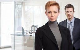 Portret młody bizneswoman i biznesmen Obrazy Stock