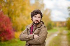 Portret młody przystojny brodaty facet w jesieni miasta parku Obraz Royalty Free
