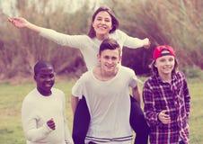 Portret młodzi przyjaciele biega na polu Zdjęcia Royalty Free