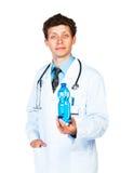 Portret męska doktorska mienie butelka woda na bielu Fotografia Royalty Free