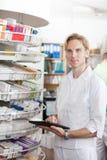 Portret Męski farmaceuty mienia pastylki komputer osobisty Fotografia Royalty Free