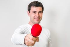 Portret męski reporter z czerwonym mikrofonem Fotografia Royalty Free