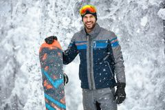 Portret męski snowboarder na górze Fotografia Stock
